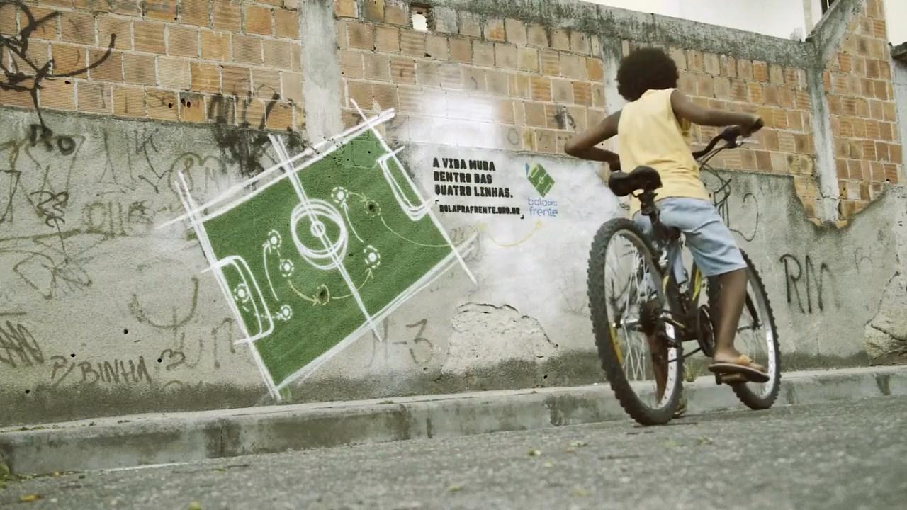 Rio de Janeiro sokaklarındaki kurşun delikleri çocuklar için futbol taktiklerine dönüşüyor