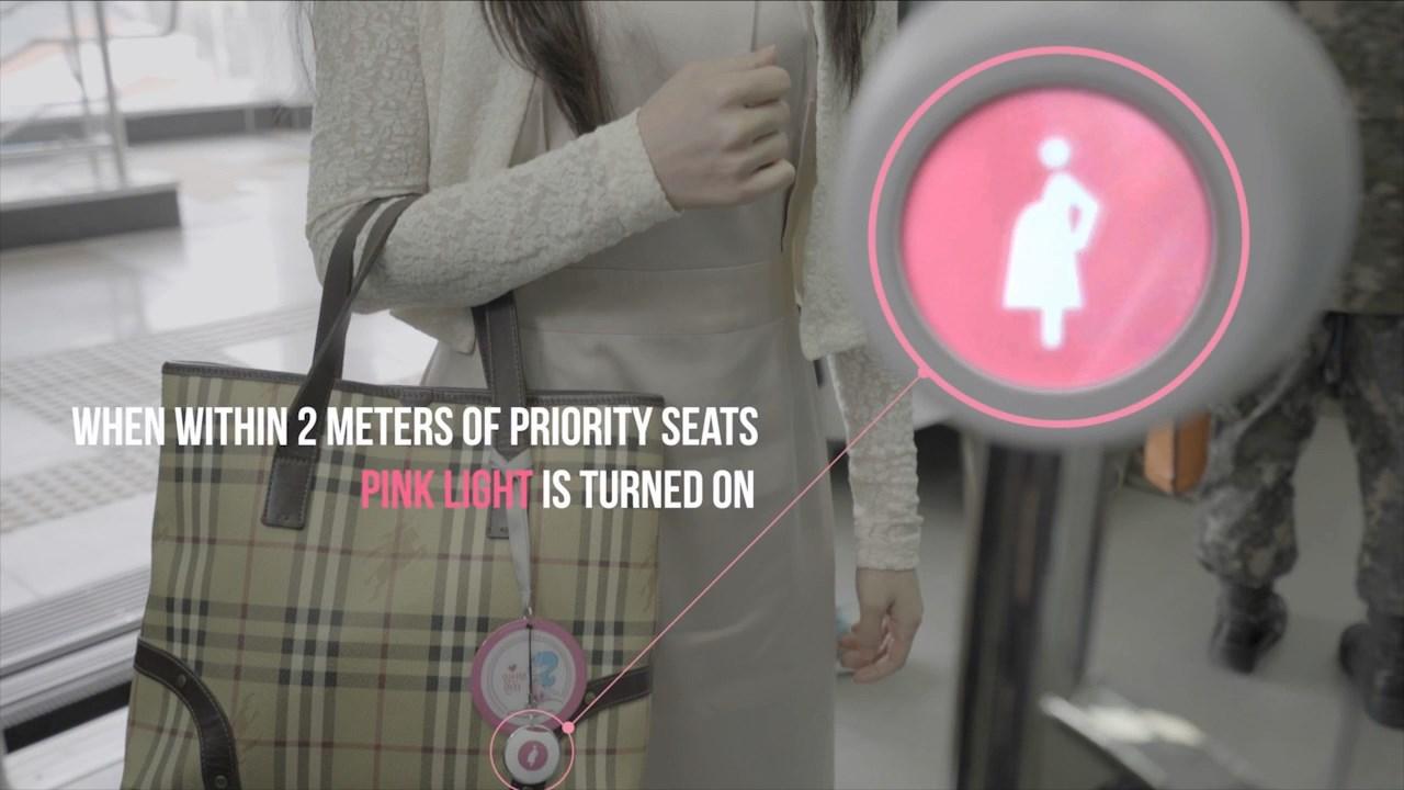 Hamile kadınların toplu taşıma araçlarında daha kolay fark edilmelerini sağlayan uygulama