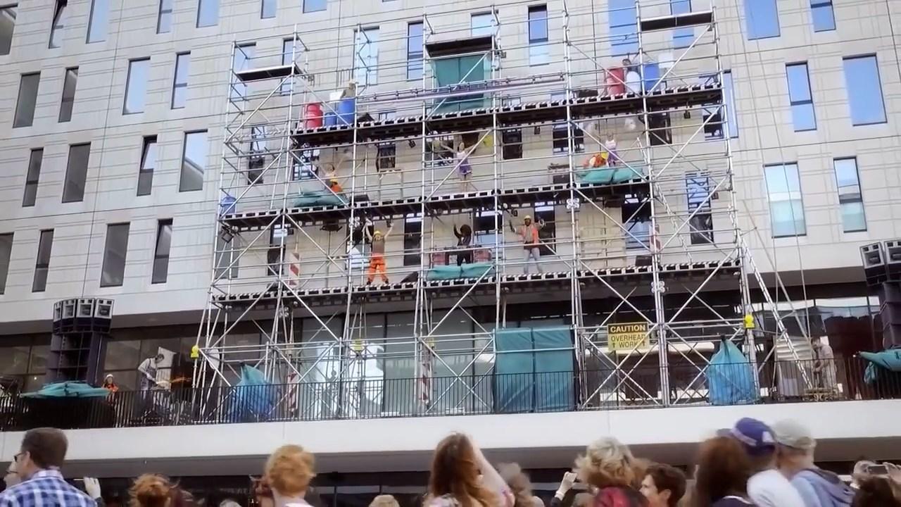 Adele konseri için bekleyenlere inşaat işçilerinin verdiği mini konser