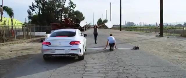 Mercedes - parkur koşucusu - oyuncak araba üçlüsünün konteyner labirentindeki yarışı