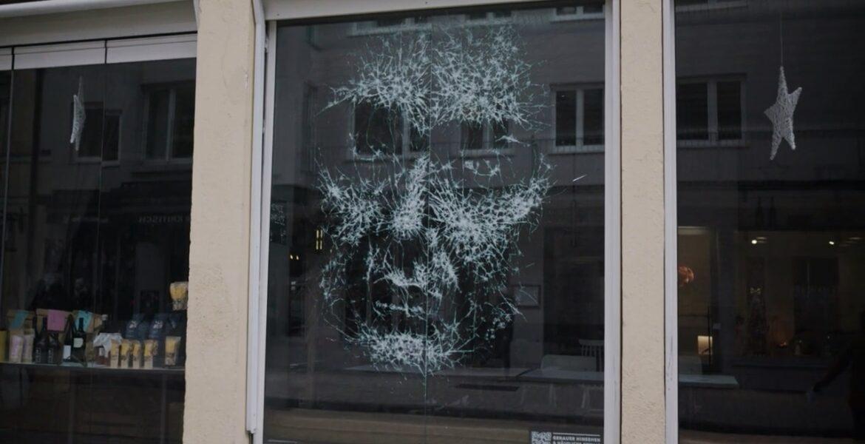 Kadına yönelik şiddete karşı dile gelen restoran vitrini